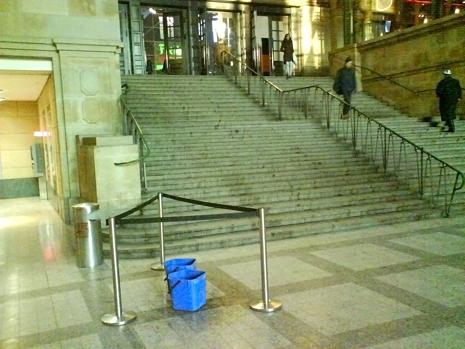(Januar 2009. Die Ausstellung findet direkt in der geräumigeren Westhalle des Bahnhofs statt: Der Ritterschlag für den Künstler.)