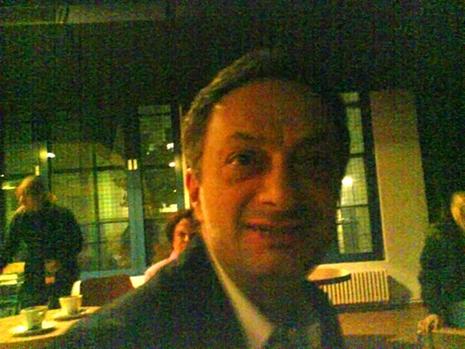 Feridun Zaimu?lu im Stuhlkreis vor der Diskussion seines Buchs in der Tufa in Trier.