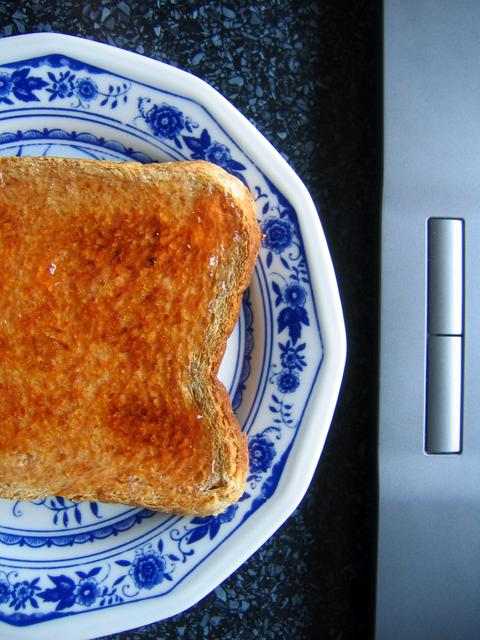 Toast und Laptop