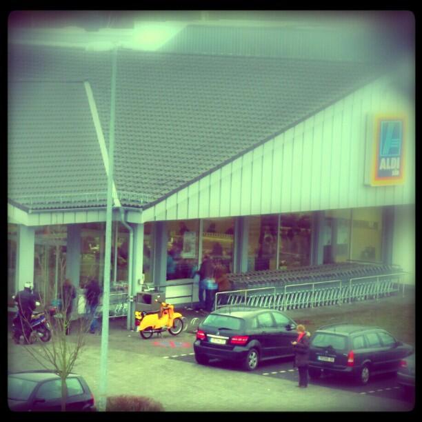 Photo: Gelbe #Schwalbe vorm #Aldi.