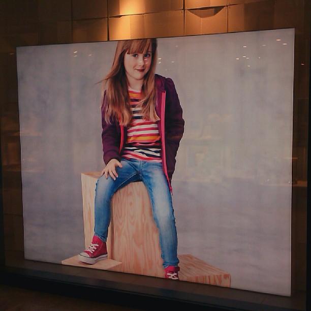 Photo: Verstörende Klamottenwerbung mit lasziv geschminktem Kind. Was soll das?