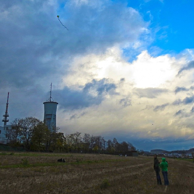 Photo: Dass ist mein #Drachen. Mein Drachen fliegt da. Ich bin so stolz. Höher als alle anderen Drachen!!1! #Trier #Petrisberg #Wasserturm