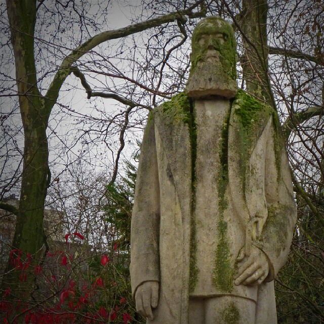 Photo: The #Belgian #Congo butcher king #Leopold II has #moss on his shoulders but is still standing in the #Koningstuin in #Brussels. WTF? #Brussels #jardin de roo