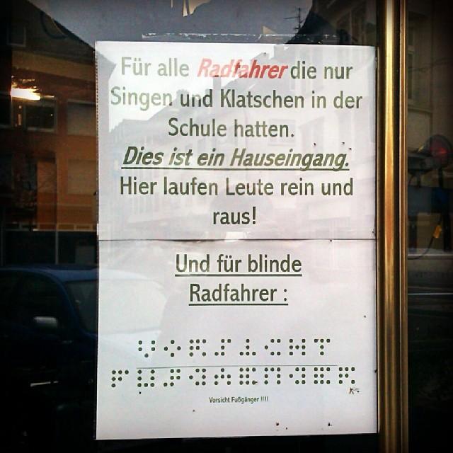 Photo: Ich vermute einen Bekloppten am Werk. #alledoof #Zeichen #Aushang #Rad #Fahrrad #Fußgänger #Zwietracht #Radweg #Trier #Karl-Marx-Straße