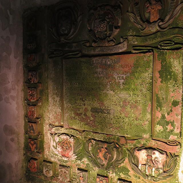 Photo: Inschrift im Gebäude des #Herrenbrünnches in #Heiligkreuz. #Trier
