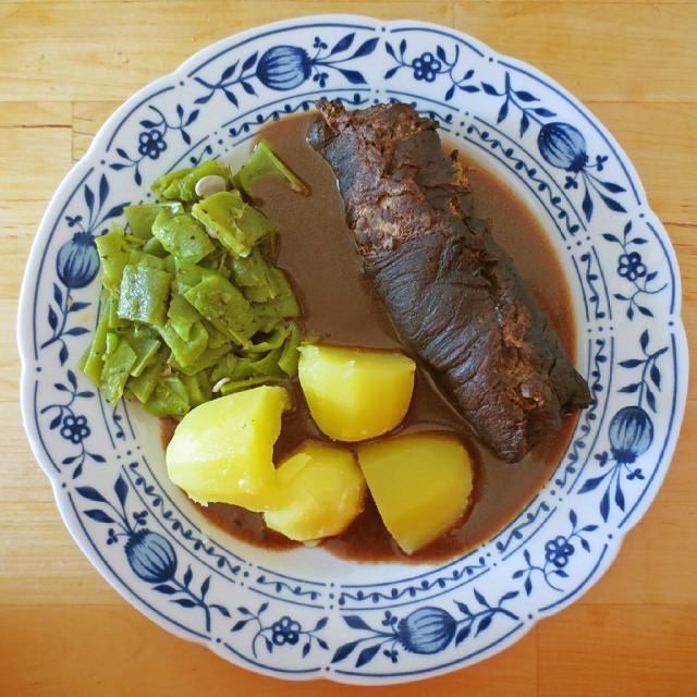 Photo: Andere Perspektive auf die Ofen-#Roulade mit #Kartoffeln und #Bohnen. #foodporn #food #potatoes #beans #sunday #roast #beef #Rind