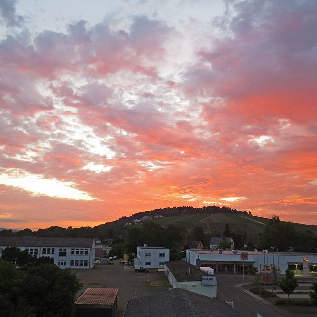 Photo: Saturday #morning (4:40 a.m.) #sky over #Trier. #clouds #cloudporn #aubade #summer #red #pink #blue #Petrisberg