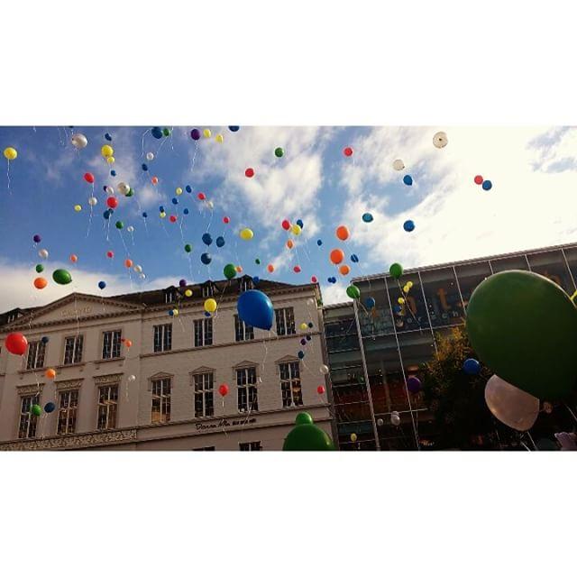 Photo: Moment des Gedankens @ #CSD, #Trier. #csdtrier #Ballons #bunt