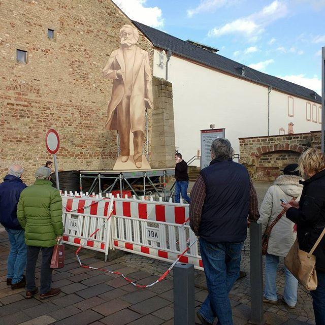 Photo: Mama, jetzt wird er abgebaut. :( #Trier #Karlmarx #Marx #Statue