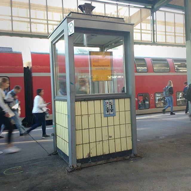 Photo: Es scheint als verkleinere die @deutschebahn die #Raucherbereiche am #Bahnhof #Stuttgart!!1! #Bahn #Bahnsteig1