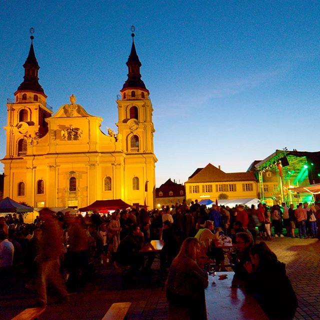 Photo: #interkulturellesfest auf dem #Marktplatz von #Ludwigsburg. #Stadtkirche #abendstimmung #wirsindmehr