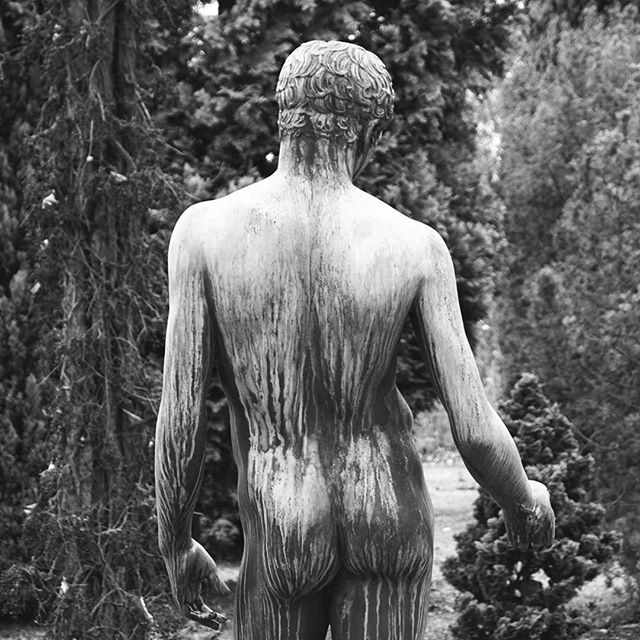 Photo: #Friedhof #Ludwigsburg. #statue #youth #sculpture #bw #cemetary #lubu #luburulz #back #nudeart