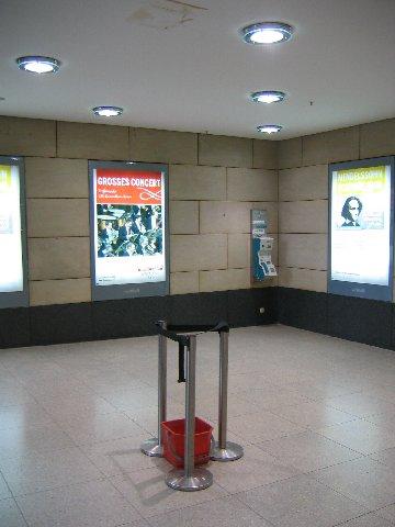 [Eimerkunst im September 2006. Ausstellungsort damals noch im Durchgang von der Shopping Mall in die Westhalle. / (c)]